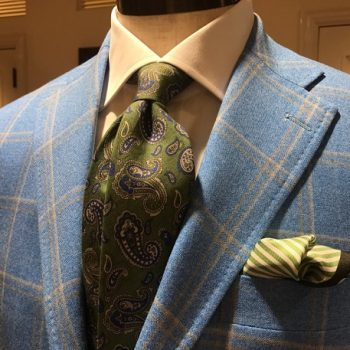 いつものスーツスタイルにトレンドカラーのネクタイを。