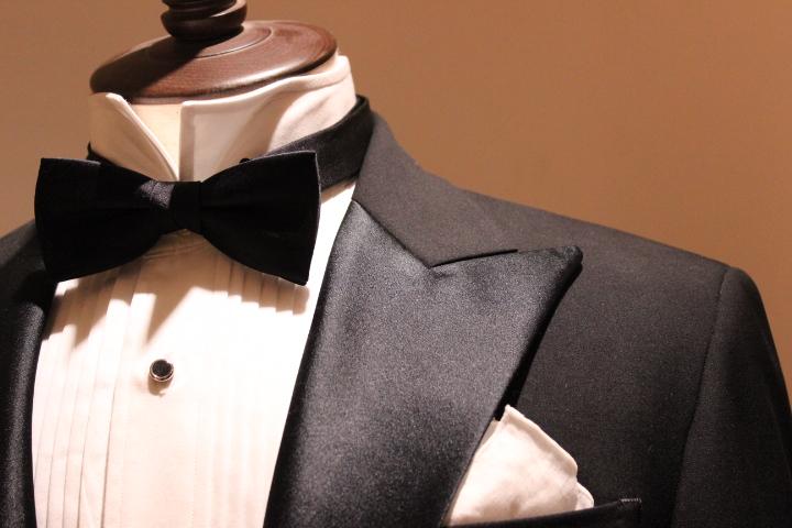 aa0e4dec5b2a4 タキシードといえばこちらの上向きのシャツ襟と蝶ネクタイの組み合わせを連想される方が多い現代の一般的なデザインです。