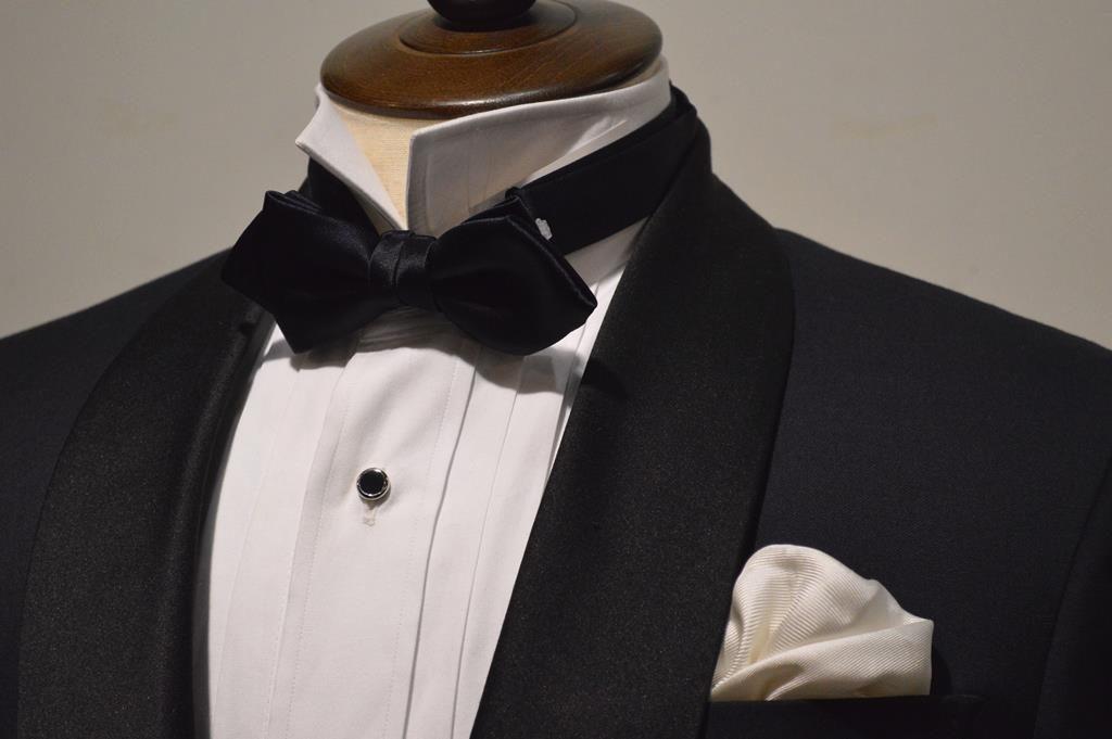 2edbff0682205 前回まではフォーマルのスーツについてのブログをご紹介していきました。フォーマル①フォーマル②今回はタキシードのご紹介をしていきたいと思います。