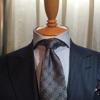 着用シーンによってシャツの襟型を選ぶ