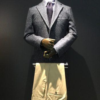 軽く羽織れるコートとスッキリシルエットのドレスチノ