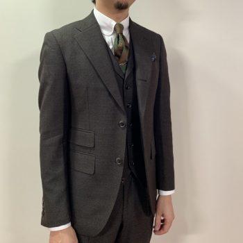 スーツにベストを付ける