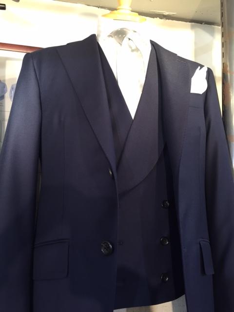 b0d5355e687fb そのようなご新郎様には、スリーピーススーツをおすすめいたします。