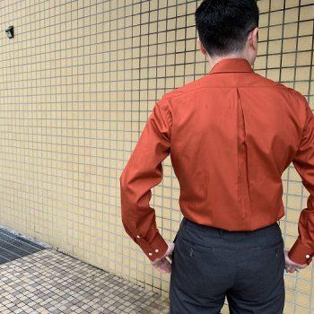 背中から変えるシャツスタイル