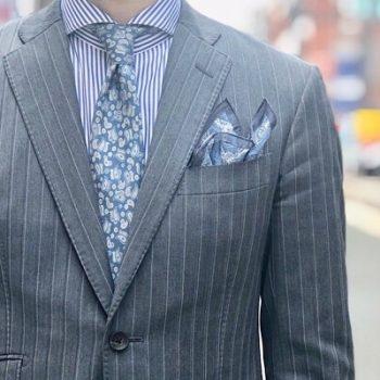 グレーのスーツに新作ネクタイチーフ