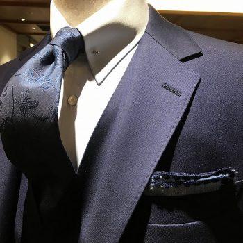 もはや定番ネイビーブルーのスーツ